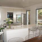 Kitchen and breakfast bar (2)